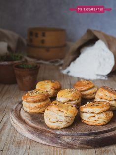 Kváskové pagáče s oškvarkami - Sisters Bakery Hamburger, Bakery, Sisters, Bread, Food, Basket, Brot, Essen, Baking