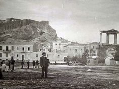 sw.jpg (506×380) Αθήνα 1905 περ. Άγνωστος ερασιτέχνης φωτογράφος. Διαφάνεια για Μαγικό Φανό/Lantern Slide Η Πύλη του Αδριανού και τα κτήρια επί της Βασιλίσσης Αμαλίας. Από αριστερά προς τα δεξιά βλέπουμε με σημερινή αρίθμηση τα εξής κτήρια: Λεωφόρος Βασ. Αμαλίας 54, 52, 50. Στην συνέχεια η Πλάκα και η Ακρόπολη. Κοντά στη Πύλη του Αδριανού φαίνεται και μια δεύτερη ξύλινη καλύβα. Αυτή τον εντόπισα για πρώτη φορά στην κηδεία του Δηλιγιάννη το 1905.