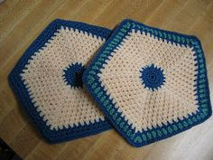 If you're looking for a last-minute homemade holiday gift for someone who likes to cook, how about some potholders? I grew up with potholder...
