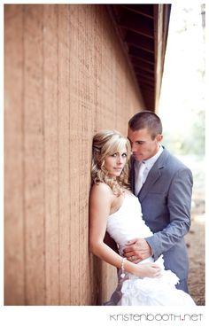 barn - bride against wall, groom leaning in > kristenbooth.net