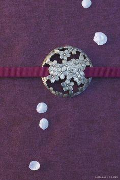 Obidome 帯留め - an ornament worn over an obi sash. incorporate a bead/button? Kimono Japan, Japanese Kimono, Japanese Art, Kimono Fabric, Kimono Dress, Yukata, Japanese Costume, Kanzashi, Japanese Textiles