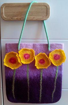 felted bag with flowers Nuno Felting, Needle Felting, Bag Patterns To Sew, Sewing Patterns, Felt Crafts, Diy Crafts, Wool Art, Diy Purse, Felting Tutorials