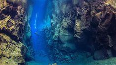 La fissure de Silfra est le rêve de tous les plongeurs . C'est le seul endroit de la planète où il est possible de plonger entre la plaque tectonique nord américaine et eurasienne. C'est aussi le lieu où l'eau est la plus claire du monde, la visibilité s'étend à presque 100 mètres.