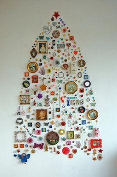 albero di Natale con oggetti di recupero
