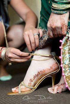 Use of Mehndi on Bridal Feet in Pakistan and India Latest Henna Designs, Bridal Henna Designs, Unique Mehndi Designs, Mehndi Designs For Fingers, Mehandi Designs, Latest Mehndi, Heena Design, Foot Henna, Henna Mehndi