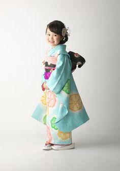 七五三の撮影なら茨城県水戸市、つくば市にある、創業明治25年の老舗写真館(株)小貫写真館パセオヌエボへ。衣装レンタル、着物、ドレス、着付け、ヘアメイクもプロにお任せください。七五三の家族写真、兄弟写真も人気です。 Traditional Japanese Kimono, Traditional Dresses, Kids Girls, Cute Girls, Japanese Festival, Japanese Costume, Kimono Fabric, Japanese Outfits, Yukata