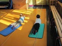 """""""kleutergym: Like this rendition of pulling games."""", """"Slidey floor, PE mat and a rope"""", """"Looks like fun, and they'll strengthen their arms. Gross Motor Activities, Gross Motor Skills, Sensory Activities, Therapy Activities, Physical Activities, Preschool Activities, Kids Gym, Yoga For Kids, Exercise For Kids"""