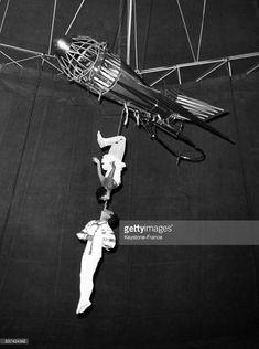 Deux acrobates au trapèze dans un numéro du gala du Cirque de Moscou à Rome, Italie.