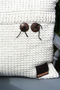 Stoer gehaakt kussen in gerstekorrelsteek – Cuddlycool Knit Or Crochet, Crochet Stitches, Straw Bag, Pillows, Knitting, Bags, Throw Pillows, Crochet Cushions, Living Room