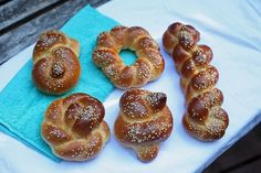 Here are 5 amazing ways to braid challah bread from a professional Israeli baker! All 5 techniques using one or two strands and are beautiful. You'll also find a challah bread recipe in this post. Best Challah Recipe, Challah Bread Recipes, Babka Recipe, Challa Bread, Smoothie Recipes, Snack Recipes, French Bread French Toast, Braided Bread, Peach Jam