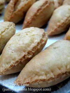 Pastel pastry dengan kulit yang renyah dan berlapis-lapis diisi tumisan sayur dan ayam berbumbu kari