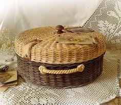 Cesta con tapa, hecha a mano - Basket with lid, handmade Bamboo Weaving, Willow Weaving, Basket Weaving, Newspaper Basket, Newspaper Crafts, Newspaper Paper, Paper Weaving, Weaving Art, Baskets On Wall