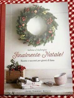 """Il libro è appena arrivato a casa di Eva, che scrive """"Perché Natale quando arriva arriva... sono felice!"""". E come potrebbe essere altrimenti? Basta guardare quella tovaglia a quadretti per capire che persino il libro sorride! Si deve proprio star bene, a casa di Eva... #FinalmenteNatale #natale"""