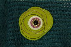 Embroidered green felt brooch with black button  por loopicraft, $20,00