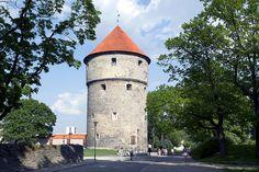 Kiek in de Kök - Nähtävyydet - VisitTallinn Tämä massiivinen, 38 metriä korkea tykkitorni sisältää kattavan, kaupungin linnoittamisesta kertovan näyttelyn mutta myös keskiaikaisia aseita sekä katsauksen keskiaikaisen Tallinnan elämään.  Kaikkien muureista, torneista, tykeistä ja sen sellaisesta kiinnostuneiden kannattaa ehdottomasti katsastaa tämä museoksi muutettu tykkitorni. Esillä on keskiaikaista aseistusta, mutta museossa kerrotaan myös, miten kaupungin muuri- ja…