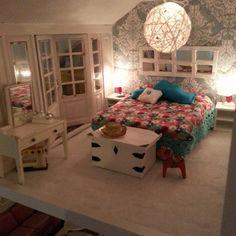 Sovrummet klart med randomlight lampa och spegel och kista av balsaträ :) #sovrum #bedroom #dockskåp #dockhus #dukkehus #dollhouse #dockskåpsrenovering #lundbydiy #lundby #lundbydallas #randomlight #miniatyr #miniatyrer #pyssel #pysselgalen #pysselmaterial #pysseltips #diy #doityourself #gördetsjälv #tips #inspiration #dekoration #dekorativt #craft #crafty #projekt #kreativt #mittdockskåp