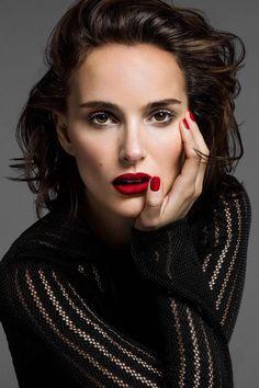 Batom e unhas vermelhas, combinação básica e mega chique na Natalie Portman