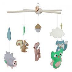 Mobile met vilten dieren en figuren in pastel kleuren  voor boven de box of ledikant. www.essies.net