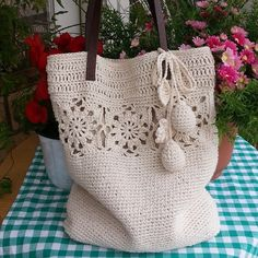 #ShareIG 100%린넨으로 뜬 네츄릴 숄더백. 방울과 꽃도 귀엽쥐~^^ #crochet#crochetbag #mycrochet #handknit  #손뜨개 #손뜨개가방  #코바늘 #크로쉐 #뜨개공방