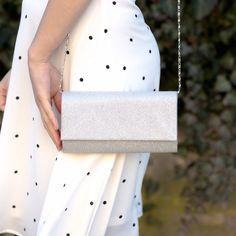 Plicul de ocazie argintiu este un accesoriu de mici dimensiuni, confectionat din poliester cu sclipici. Aceasta geanta plic fashion cu design stralucitor te scoate din anonimat oriunde o porti. Plicul de ocazie argintiu este o poseta rafinata cu forma clasica care dispune de o clapeta rotunda cu magnet si un lant lung, detasabil de culoare argintie. Plicul de ocazie argintiu are un singur compartiment utilizat pentru depozitarea obiectelor de uz personal. Interiorul este din material sintetic. T Fashion, Moda, Fashion Styles, Fashion Illustrations