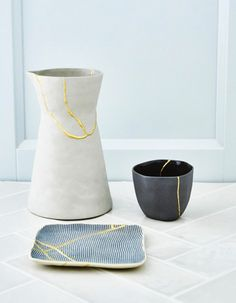 Kintsugi je staré japonské umění opravy rozbité keramiky zlatem. New kintsugi je nový způsob lepení porcelánu založený na staré technice kintsugi. Příběh kintsugi začal, když na konci 15. století císař poslal poškozenou keramiku zpět do Číny na opravu. Když se vrátila opravená kovovými sponkami, nařídil svým řemeslníkům, aby přišli s něčím více estetickým. Toto umění se stalo takovým hitem, že někteří sběratelé úmyslně začali rozbíjet cenné hrnčířské kousky, aby bylo možné jej opravit… Kintsugi, Ancient Japanese Art, Wood Repair, Shops, Star Diy, Gold Powder, Broken China, Ceramic Plates, 15th Century