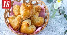 Herkulliset pasteijat maistuvat kaikille. Sydänpasteijat sopivat erityisesti sunnuntain kahvipöytään laskiaisen ja ystävänpäivän kunniaksi. Savoury Baking, Snack Recipes, Snacks, Teet, Muffin, Chips, Breakfast, Food, Snack Mix Recipes