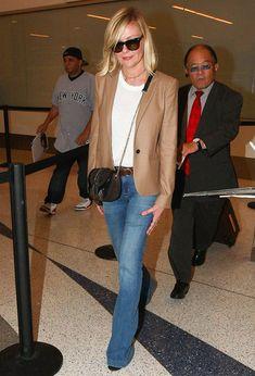 Look de Kirsten Dunst no aeroporto com jeans, t-shirt e blazer.