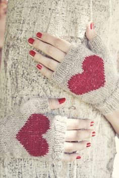 Ravelry: Heart Fingerless Mittens pattern by Wasel Wasel Crochet Mittens Pattern, Knit Mittens, Knitted Gloves, Knitted Heart, Fingerless Mitts, Knitting Accessories, Crochet Scarves, Hand Knitting, Magic Loop
