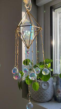 Crystal Wind Chimes, Diy Wind Chimes, Diy Crystals, Crystals And Gemstones, Bead Crafts, Arts And Crafts, Crystal Mobile, Inside Design, Crystal Shop