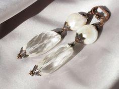 orecchini pendenti, quarzo ialino sfaccettato, perle scaramazze, perle AAA, orecchini sposa, bianco, grandi quarzi, cerimonia