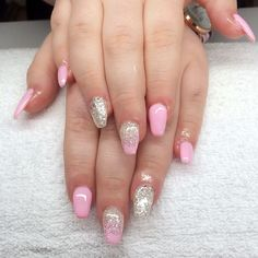 Söta Tess är nagelbitare. Hoppas att dessa #rosa #glitter #naglar får dem att växa ut igen.  #nailporn #nailtech #gelnails #gelenaglar #nagelförlängning #vackranaglar #scra2ch #coffinnails by lollokittys_naglar