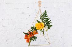 Aprenda o passo-a-passo destes dois móbiles decorados com flores, inspirados em acessórios nórdicos.