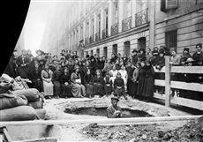 Guerre 1914-1918. Groupe de jeunes filles autour d'un cratère creusé par un bombardement aérien allemand. Paris (VIIème arrondissement), rue de Lille, avril 1918.