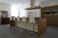 Keuken loft kazerne betonvloer - keuken notenhout - kookeiland notenhout