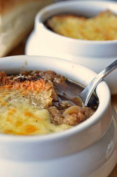 Guinness and Onion Soup with Irish Cheddar Crouton by Michael Chiarello Irish Recipes, Chef Recipes, Soup Recipes, Cooking Recipes, Dinner Recipes, Yummy Eats, Yummy Food, Pub Food, Recipes