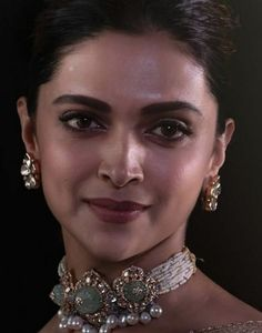Deepika Padukone Was An Epitome Of Grace As She Unvieled TheBook On The Legend Sridevi - HungryBoo Indian Jewelry Earrings, Indian Jewelry Sets, Indian Accessories, Fancy Jewellery, Buy Jewellery Online, Indian Jewellery Design, Bridal Jewelry, Deepika Padukone Style, Necklace Designs