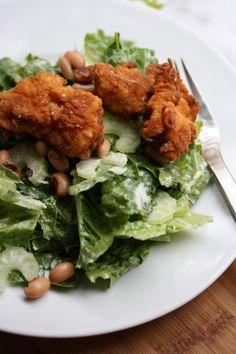 Fried Chicken Salad with Black Eyed Peas & Buttermilk Dressing. #kylling #chicken #fritert #deep_fried #salat #salad #kulturmelk #kefir #buttermilk