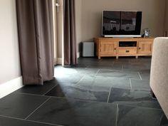 Mooie woonkamer met een prachtige Leisteen Mustang Black vloer, verkrijgbaar bij Natuursteen Meterik.