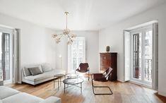 La sala de estar coincide con la esquina de la fachada en chaflán; tiene por tanto tres balcones y una original geometría. Butacas Paulistano, de Paulo Mendes da Rocha y comercializadas por Objekto