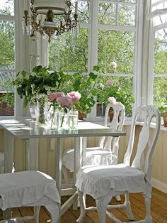 I love a table surrounded by windows and a view White Cottage, Cozy Cottage, Cottage Style, Vibeke Design, Pergola, Interior Decorating, Interior Design, Scandinavian Home, Interior Exterior