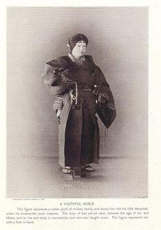 以下的照片應該是明治時代初期,外國人來日本,請人穿上各時代的戰士、武士、貴族服裝,在攝影工作室拍成的。 1.鎌…