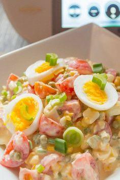 Bunter Salat aus dem Thermomix® Rezept - Frisch und munter kombinieren wir Tomaten, Erbsen, Zuckermais und Frühlingszwiebeln mit Gouda. Die Eier auf der Zutatenliste kochen wir natürlich im Thermomix®
