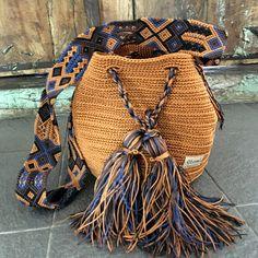 Morral Maya flecos de Otomiartesanal Tapestry Crochet, Knit Crochet, Potli Bags, Bag Pattern Free, Art Bag, Boho Bags, T Shirt Yarn, Knitted Bags, Handmade Bags