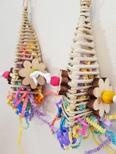 Parrot Pyramid Playtime- A cute shredding toy! You can also promote healthy foraging behaviour by stuffing your birds favorite treat inside the pyramid. Suitable for small parrots such as budgies, parrotlets and love birds. Diy Budgie Toys, Diy Parrot Toys, Parakeet Toys, Diy Bird Toys, Diy Toys, Homemade Bird Toys, Pet Bird Cage, Budgies, Animal Crafts
