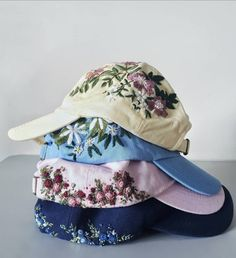 Let me know in the comments below what colour caps you fancy most! Embroidery Flowers Pattern, Embroidery Bags, Hand Embroidery Designs, Embroidery Stitches, Embroidered Caps, Embroidered Clothes, Bone Bordado, Lesage, Sewing Stitches
