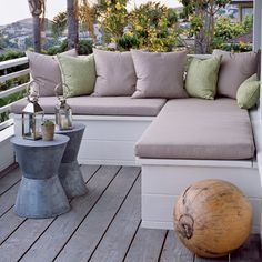Back porch A built-in bench saves space on a small deck. Green pillows offer color while matching side tables and decorative lanterns add just enough punch Home Design, Deck Design, Landscape Design, Modern Design, Design Ideas, Deck Seating, Outdoor Seating, Outdoor Corner Bench, Porch Bench