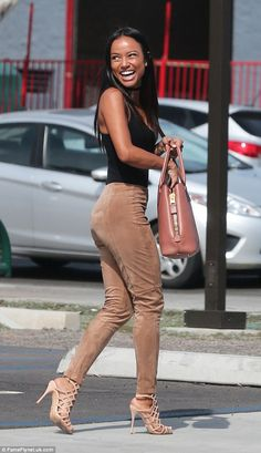 Fall legging outfits tan suede leggings simple black tee and sandals is a great street outfit Karrueche Tran, Suede Pants, Suede Leggings, Look Fashion, Fashion Outfits, Womens Fashion, Fashion Trends, Outfit Pantalon Rojo, Afro