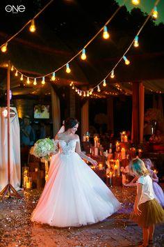 великолепная невеста, красивая, силуэт, свадебное платье, свадебная фотосессия. gorgeous bride, beautiful, silhouette, wedding dress, wedding photo shoot. Party. Счастье. Любовь. Свадебное платье. Освещение. Гирлянды из лампочек.