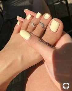 Gelbe Mani als Sommer Mood Booster - Nageldesign - Nail Art - Nagellack - Nail Polish - Nailart - Nails - Cute Acrylic Nails, Cute Nails, Acrylic Toes, Acrylics, Pastel Nails, Pretty Toe Nails, Pretty Toes, Holiday Acrylic Nails, Painted Toe Nails