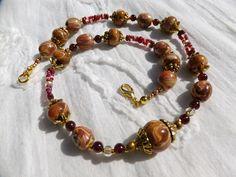 """140. Collier artisanal de perles faites à la main et de Grenat, """"Rouge et Or"""" : Collier par tournicotti-tournicotta"""